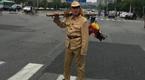 男子穿侵华日军军服上街 步枪上倒挂公鸡