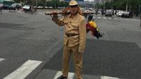 天津:男子穿侵华日军军服街头招摇 步枪上倒挂公鸡