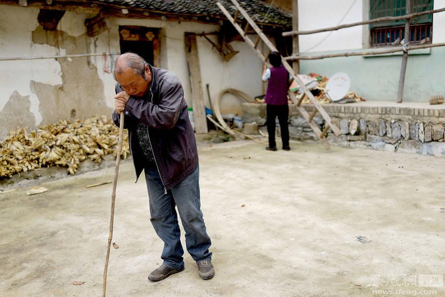 陕西尘肺村:女子三任丈夫都患病 家中备棺材