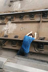 南京:男子翻入地铁轨道自杀画面