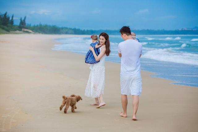甘薇晒一家四口海边漫步照 夫妇各抱一个女儿(图)【星看点】