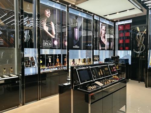 """值得一提的是,青岛金狮广场ysl精品店更拥有全青岛唯一高定香水系列"""""""