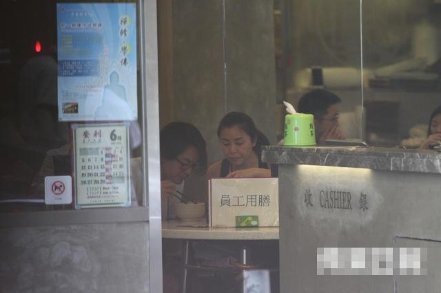 【有意思】蒙嘉慧婚后幸福肥孕味浓 素颜同郑伊健出街吃米粉