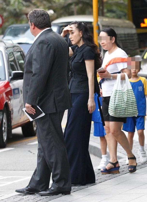 【有意思】李连杰54岁爱妻近照曝光 前凸后翘身材如昔