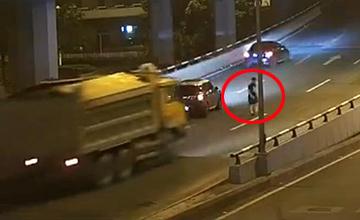 情侣车上吵架 男子跳车被撞前一幕