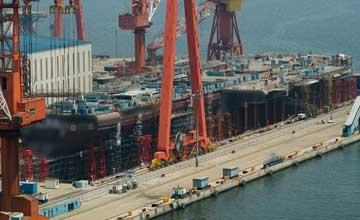 国产航母进展神速 甲板完工舰艏上翘清晰可见