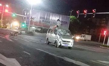 车祸现场一幕:女子飞上车顶、下装撞丢