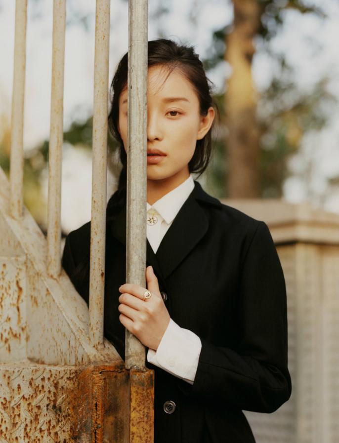 倪妮素颜出镜杂志封面