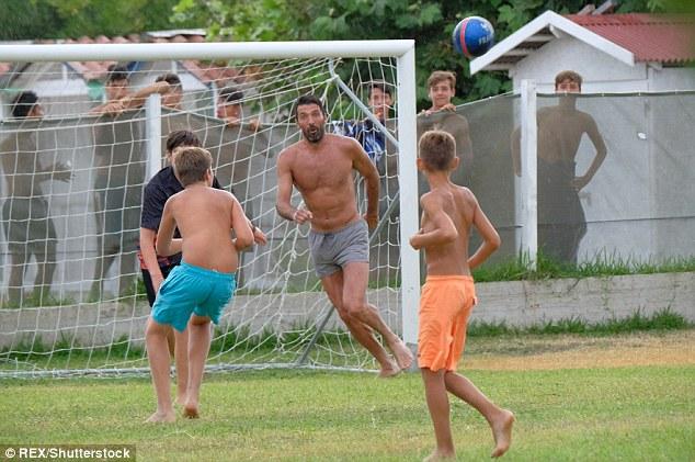踢球吗算我一个?布冯穿小短裤现身野球场PK小孩