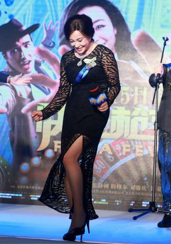 """61岁刘晓庆穿黑色透视开叉裙 与腾格尔""""领证""""【有看点】"""