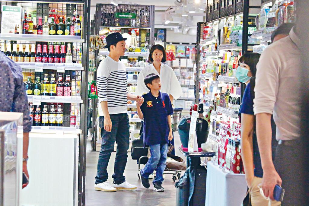 【今日头条娱乐】袁咏仪一家逛超市 魔童粘张智霖连薯片都不理