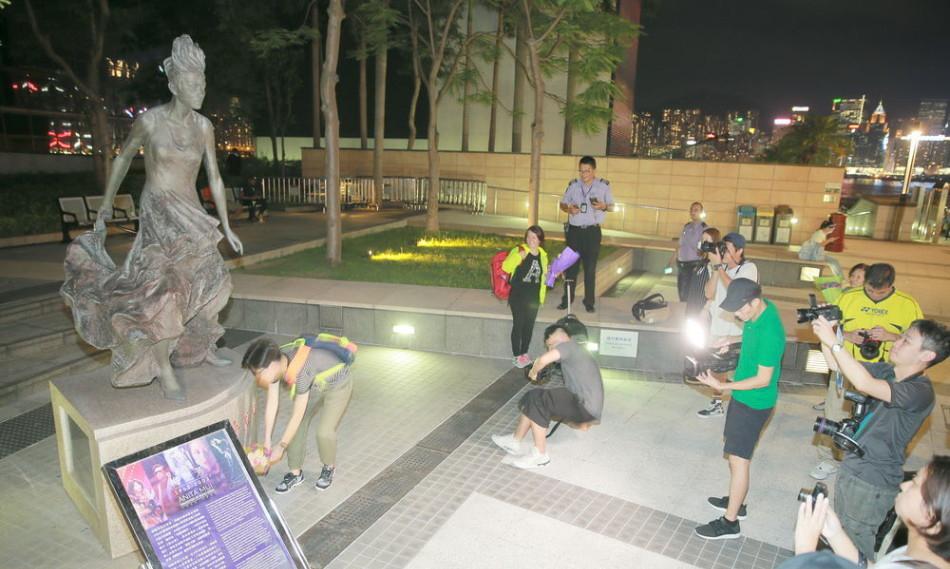 【有意思】梅艳芳铜像竖立两周年 歌迷献花缅怀(图)