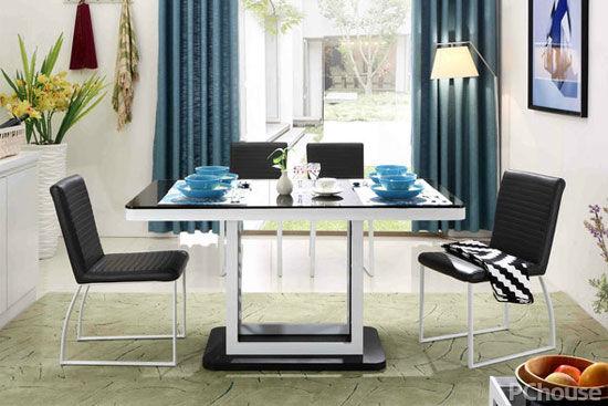 原标题:打造你想的餐厅 三款材质餐桌各具特色 不同材质的餐桌能衬托出不一样的家居,对用餐环境有追求的你,不可能错过餐桌的材质选择,现代与古典、奢华与简约,无论哪种风格总有一款匹配的餐桌,一起看看不同材质的餐桌怎样打造出你想的餐厅吧。 实木材质打造现代质朴风  资料图 实木材质给人一种稳重、成熟的魅力,其中以美式风格家具使用实木材质为多,木材是大自然珍贵的资产,以木材打造出来的家具都带有优雅的木纹以及原汁原味的木色木香。美式风格通过对实木的灵活运用,通过手工钢刷来体现径切和弦切绚丽的木纹、工匠级干刷高级造型