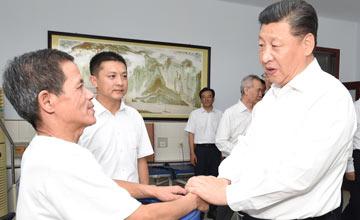 习近平在唐山市调研:与截瘫伤员握手一幕