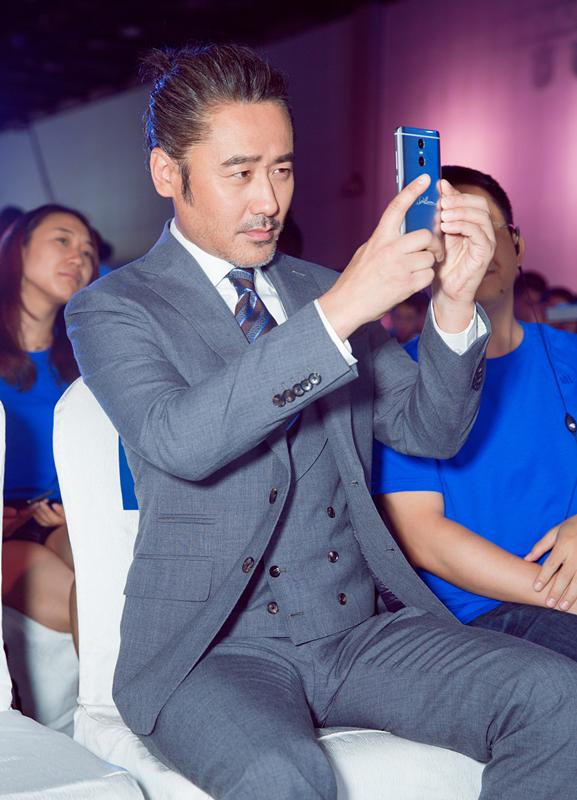 【星娱TV】吴秀波一身西装优雅现身 台下玩自拍