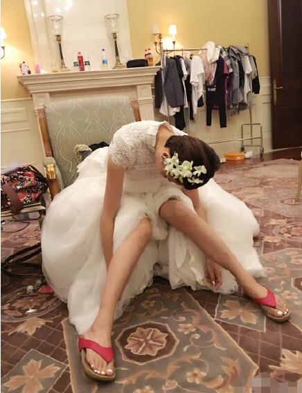 【星娱TV】闹哪样?蔡少芬穿婚纱配人字拖(图)
