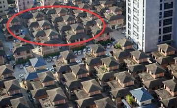"""80余栋闲置别墅在闹市区""""烂尾"""" 居民都急坏了"""