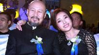 61岁刘晓庆笑容僵硬 与腾格尔亲密勾肩热聊