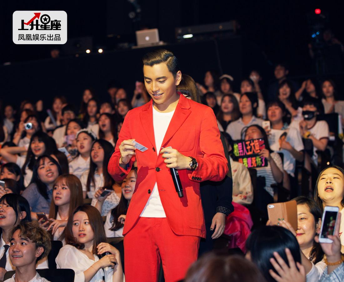 """对于热情满满的韩国粉丝,他不时下台跟她们近距离互动,还表达了自己的感激之情。""""韩国的粉丝们很可爱,也很漂亮。我还没有想过自己怎么会在韩国这么受欢迎。谢谢大家对我的喜爱。"""""""