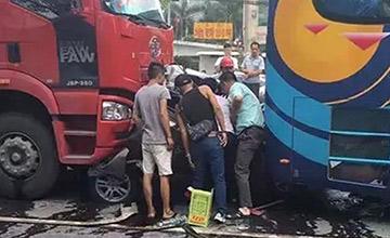 三车相撞轿车被夹扁 车内有3小孩