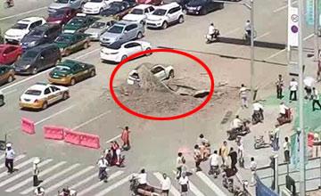 宝马车在市中心正跑着 路炸了