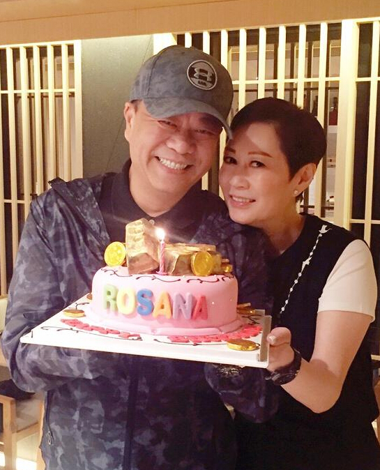 【星娱TV】56岁欧阳震华大秀恩爱 甜蜜为老婆庆生