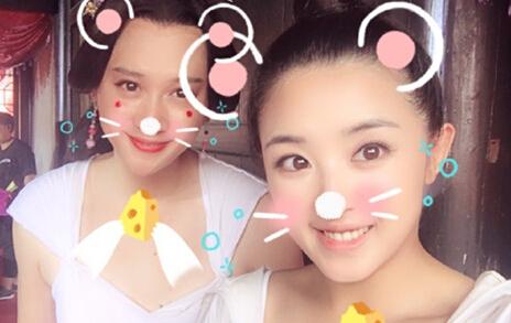 """【星娱TV】张含韵晒与""""姐姐""""合照 这男扮女装的功力太强了…"""
