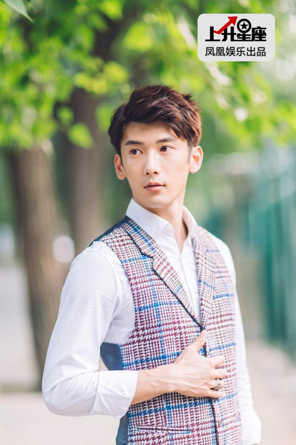 朋友还没来他便自己散了会儿步。其实刘芮麟进娱乐圈属无心插柳,他陪朋友考北京电影学院,结果朋友落选,自己却被选中,从此也爱上演戏。