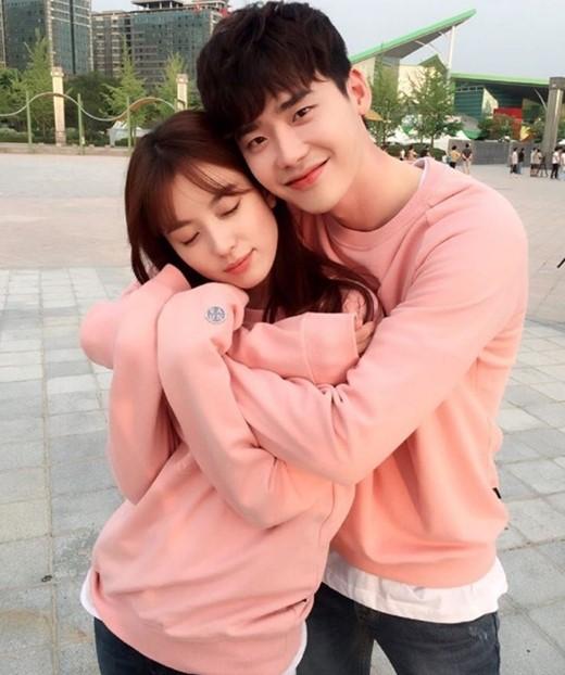 【星娱TV】李钟硕韩孝周甜蜜拥抱 穿粉色情侣装好般配