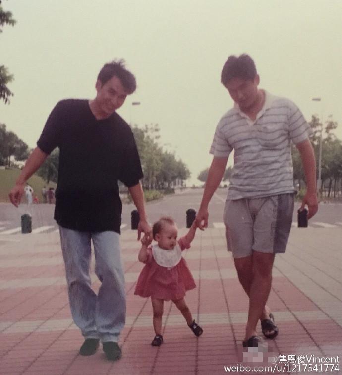 【星娱TV】焦恩俊晒女儿童年照 耐心教走路父爱满满