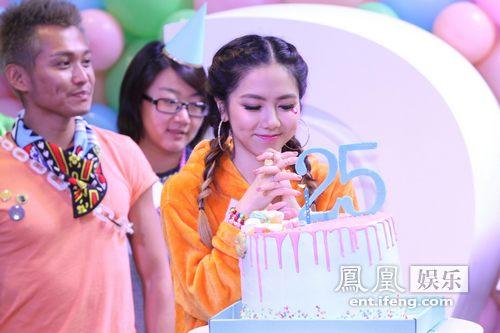 【星娱TV】邓紫棋携歌迷共庆25岁生日 首办个人写真展免费参观