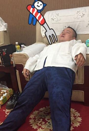 """【星娱TV】岳云鹏神还原""""葛优瘫"""" 网友却心疼那把椅子…"""