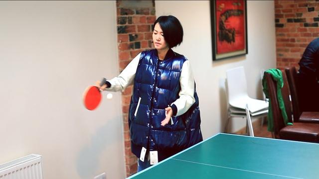 【星娱TV】谭维维反手握拍打乒乓球 为中国奥运健儿打气