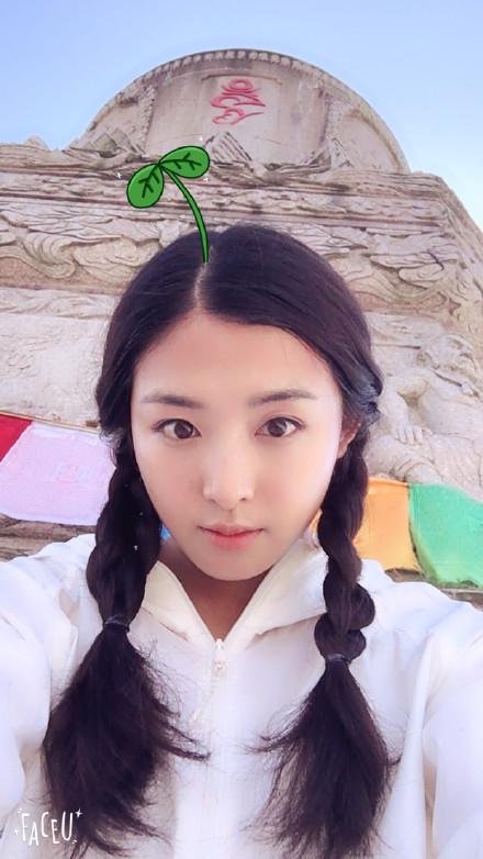 """【星娱TV】""""最美村姑""""上线!张含韵扎麻花辫清新动人"""
