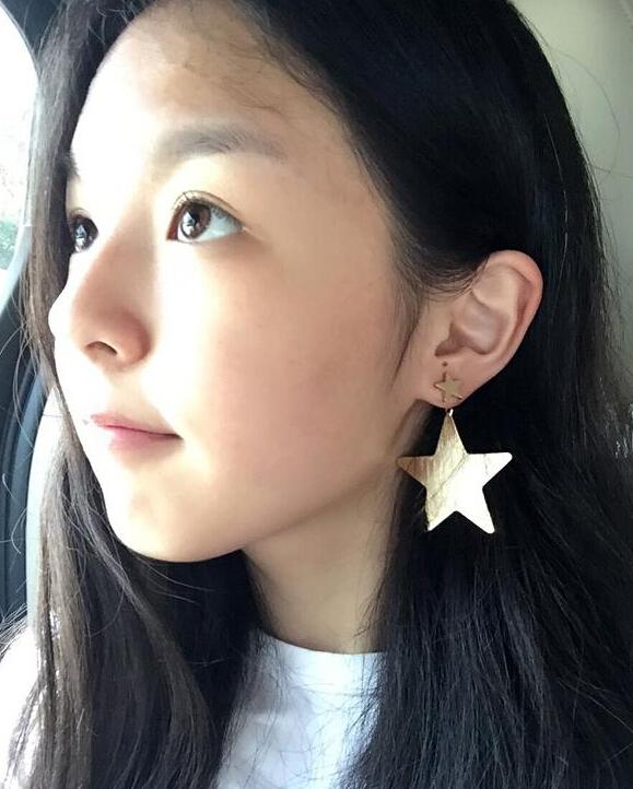 【星娱TV】李咏女儿晒素颜美照 长发大眼甜美可人