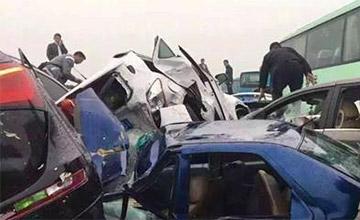 大货高速爆胎56辆车连环相撞 造成100多人伤亡!
