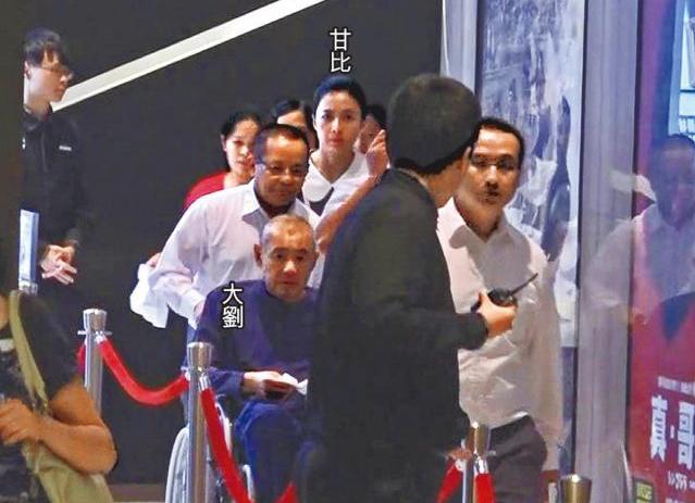 [爱八卦]锁电梯围通道 刘銮雄与甘比观影阵仗大