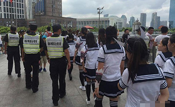"""100位""""制服少女""""占领上海天桥 被城管带走"""