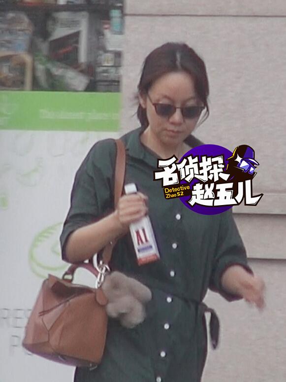【星娱TV】45岁闫妮素颜出街星味十足 超市采购变身居家达人(图)