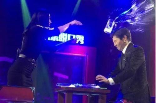 【星娱TV】歌手王蓉上节目砸伤主持人 网友:发疯了?