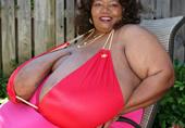 她拥有全球最大自然乳房