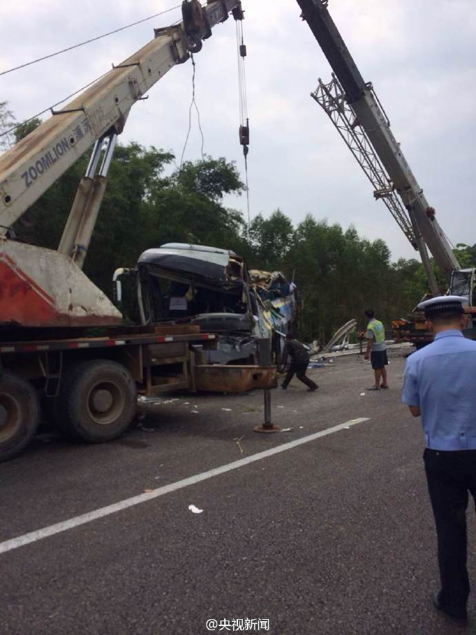 广昆高速一辆大客车翻车 已造成10人死亡 32人受伤