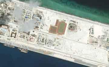南海人造岛礁最新卫星大图 最窄处超过2个体育场