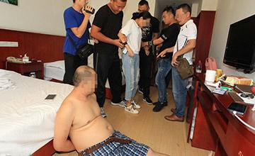 广州:2男子与女子在宾馆被抓现场