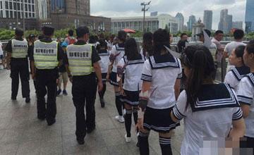 """100位""""制服少女""""占领上海天桥被城管带走"""