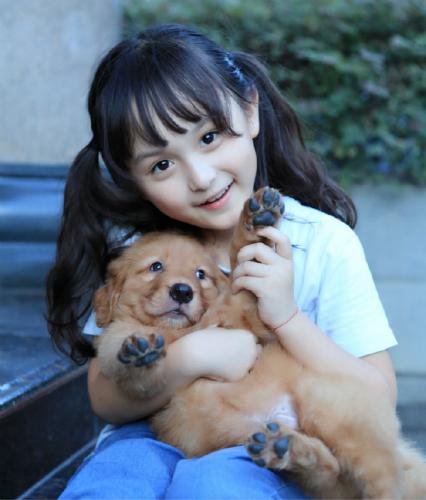 """""""小芈月""""刘楚恬7岁了 怀抱宠物狗大眼水灵好可爱"""