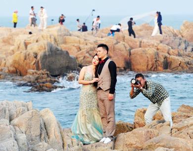 年轻人青睐海边婚纱照 秦皇岛吸引全国各地新人采景