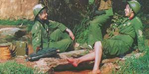 残酷对越中解放军战士难得轻松一刻