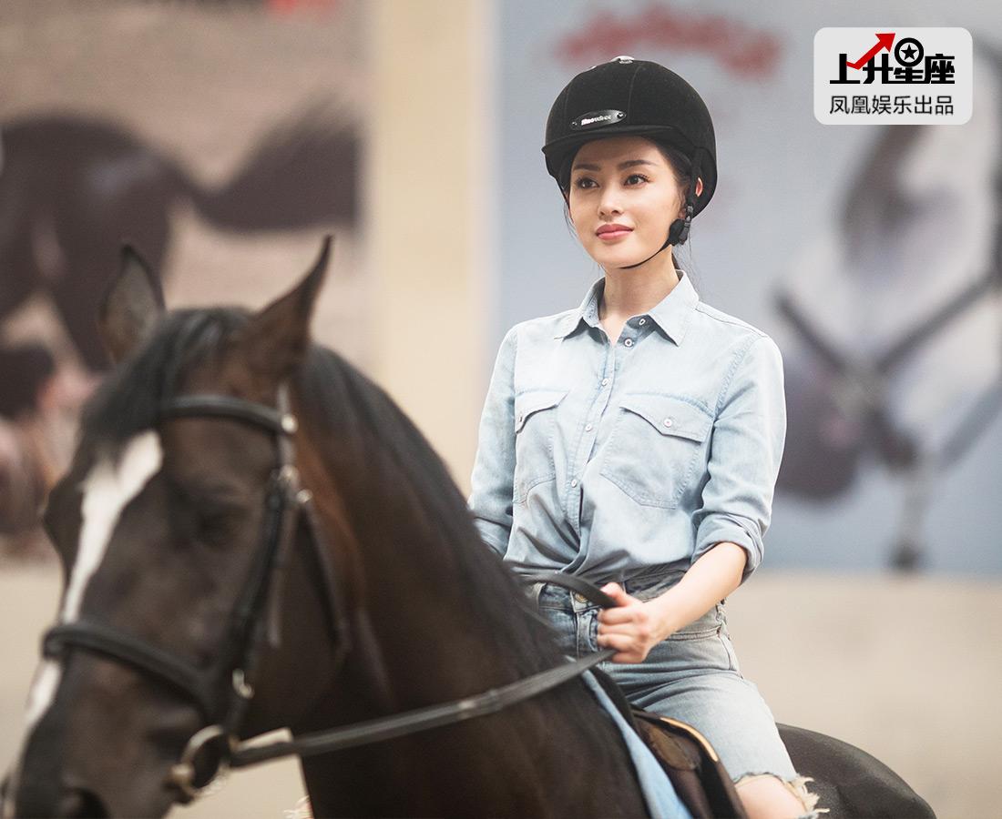 说完,小爱就正式开始骑马。因为拍《太子妃》之前学过一些,所以这回在天星调良马场教练的指导下,她驾轻就熟直接上马,瞬间骑士的气场弥漫开来。