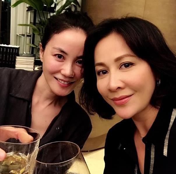 王菲刘嘉玲饮酒聚会 两人黑上衣镜头前微笑引围观 - 点击图片进入下一页